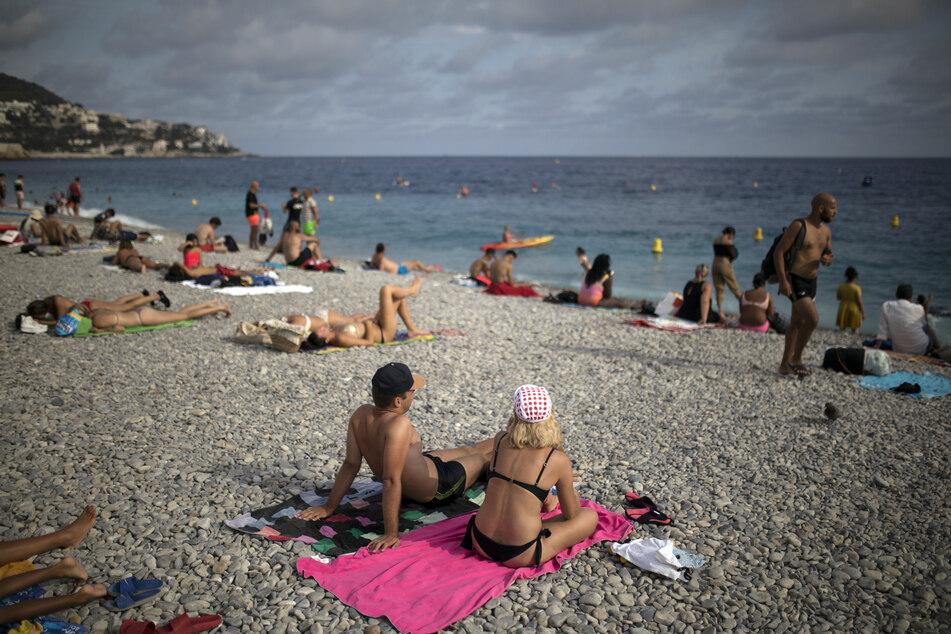 Nizza: Touristen genießen am Strand die Sonne.