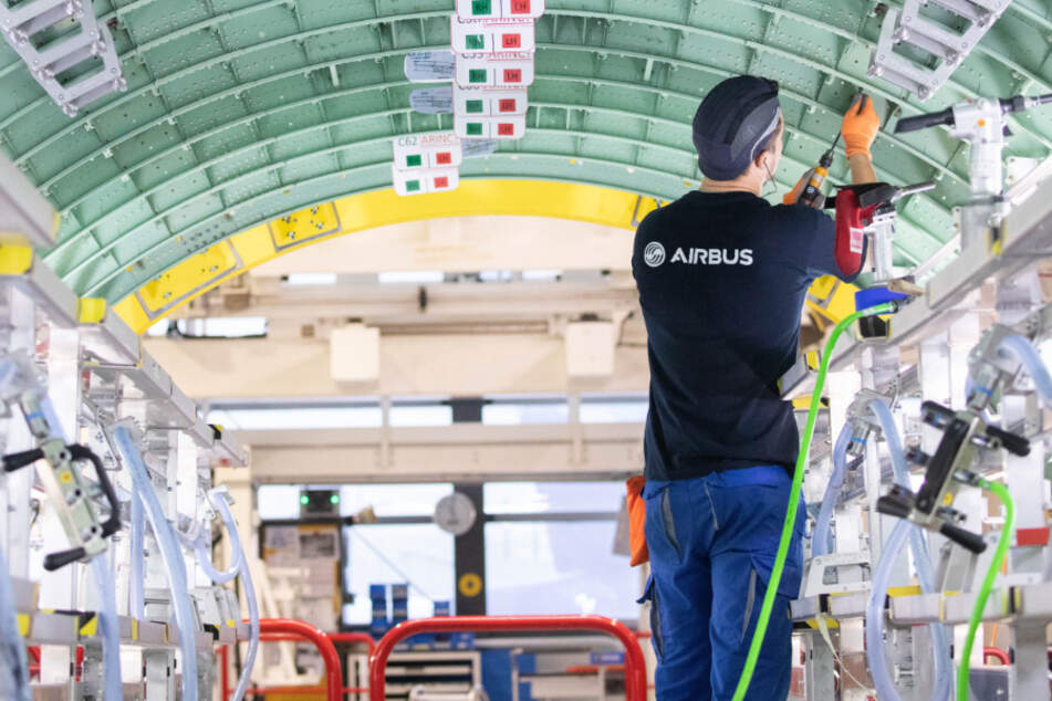 Ein Airbus-Techniker arbeitet in einem Rumpfsegment. (Archivbild)