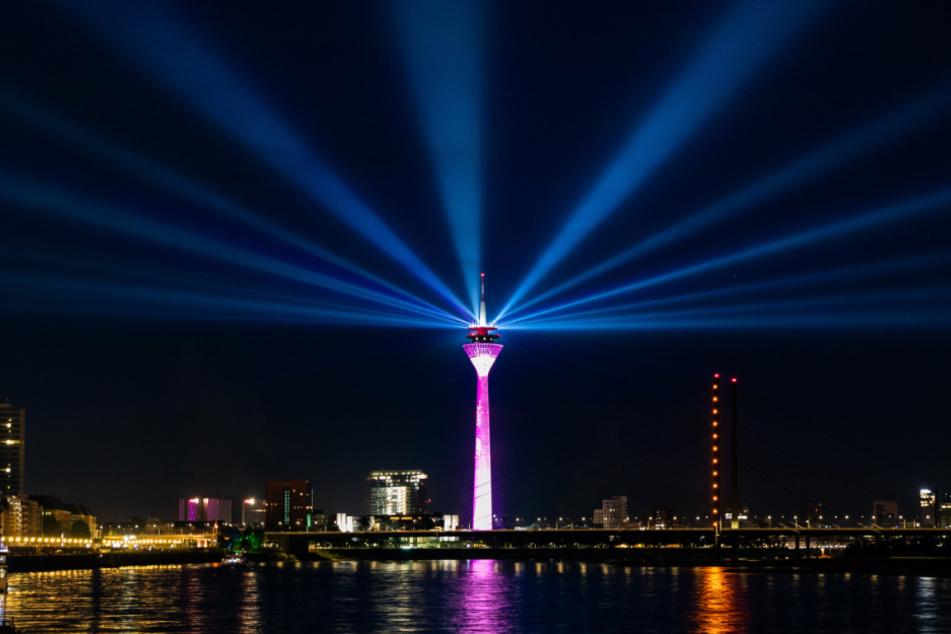 Dank der weißen Lichtstrahlen ist der Rheinturm schon von Weitem zu erkennen.