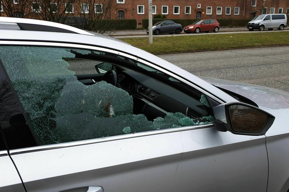 Sachbeschädigung an mehr als 50 Fahrzeugen: Polizei sucht Zeugen