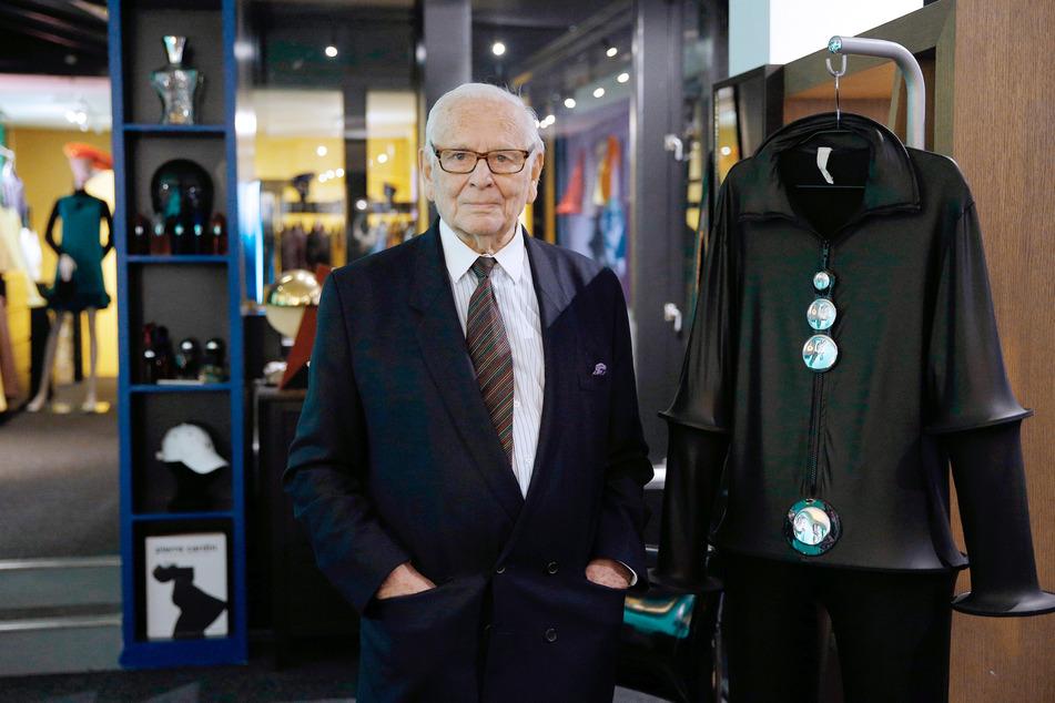 Der französische Designer Pierre Cardin am 13. November 2014 während der Eröffnung in seinem Museum in Paris. In den 1960er Jahren brachte Pierre Cardin grelle Farben und einen futuristischen Look auf die Laufstege in Paris.