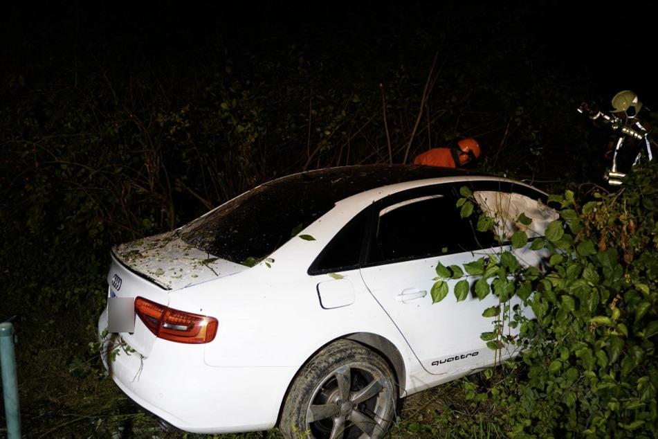 Der Wagen landete im Gebüsch. Der Fahrer lief zu Fuß nach Hause, um dort die Polizei zu rufen.