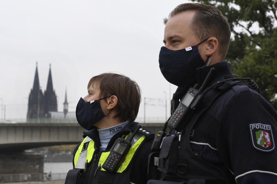 Die Kölner Polizei hat wegen der hohen Corona-Zahlen eine Maskenpflicht für ihre Beamten eingeführt.