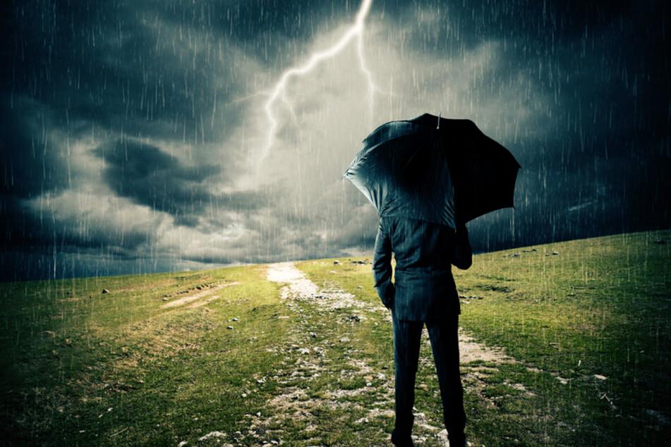 Regenschirm bei Gewitter ist keine gute Idee. (Symbolbild)
