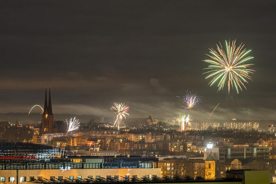 Deutlich weniger Feuerwerk als in den Vorjahren: der Silvesterhimmel über Chemnitz mit Blick auf den Sonnenberg.