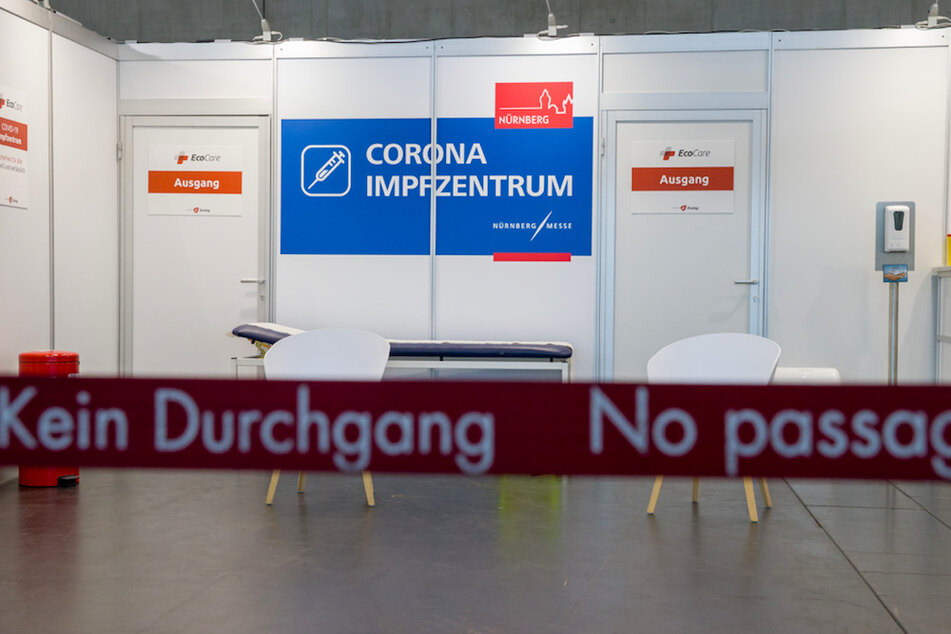 Blick in eine Impfkabine im Nürnberger Corona-Impfzentrum auf dem Nürnberger Messegelände.
