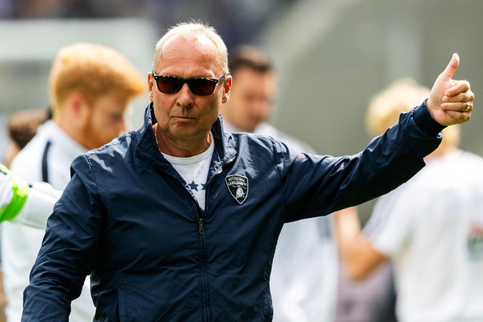 """Gibt's heute nach dem Auftakt in Nürnberg einen """"Daumen hoch"""" von FCE-Boss Helge Leonhardt (62)?"""