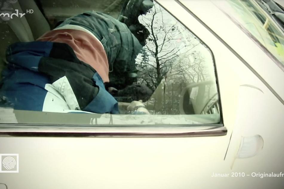 Ein Kamerateam durfte die Ermittlungen 2010 begleiten. Hier sieht man den toten Peter L. auf dem Beifahrersitz liegen.
