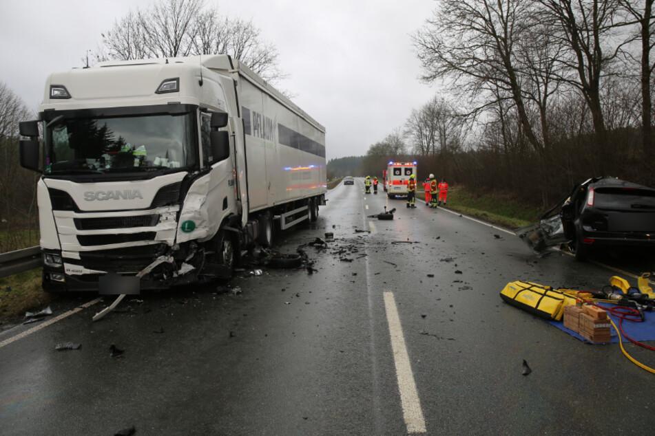 Der Autofahrer krachte frontal in einen entgegenkommenden Lkw.