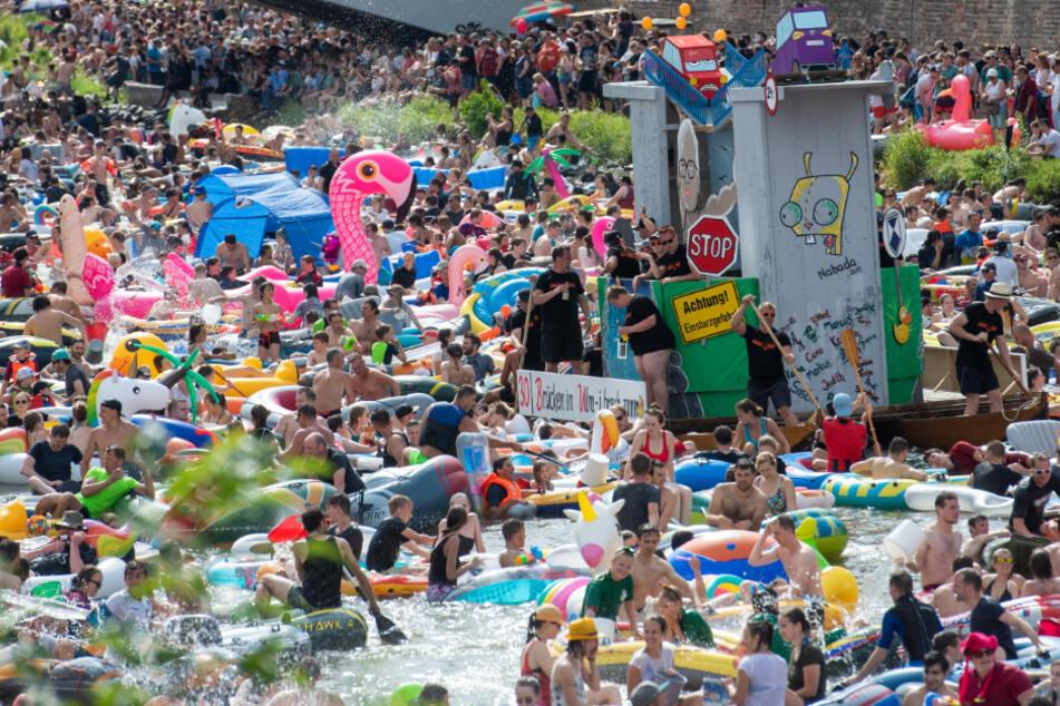 """2019: Zahlreiche Menschen tummeln sich am Schwörmontag auf der Donau zum """"Nabada"""" (Hinunterbaden)."""