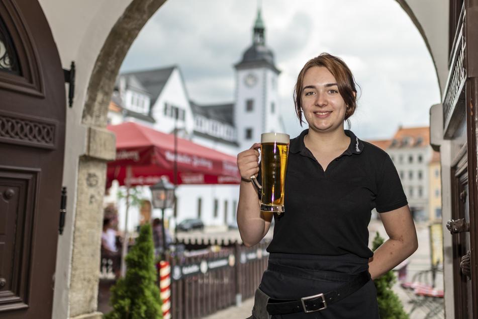 Anna Rülke (18) vom Ratskeller lädt mit einem kühlen Pils zur Freiberger Genuss-Safari ein.