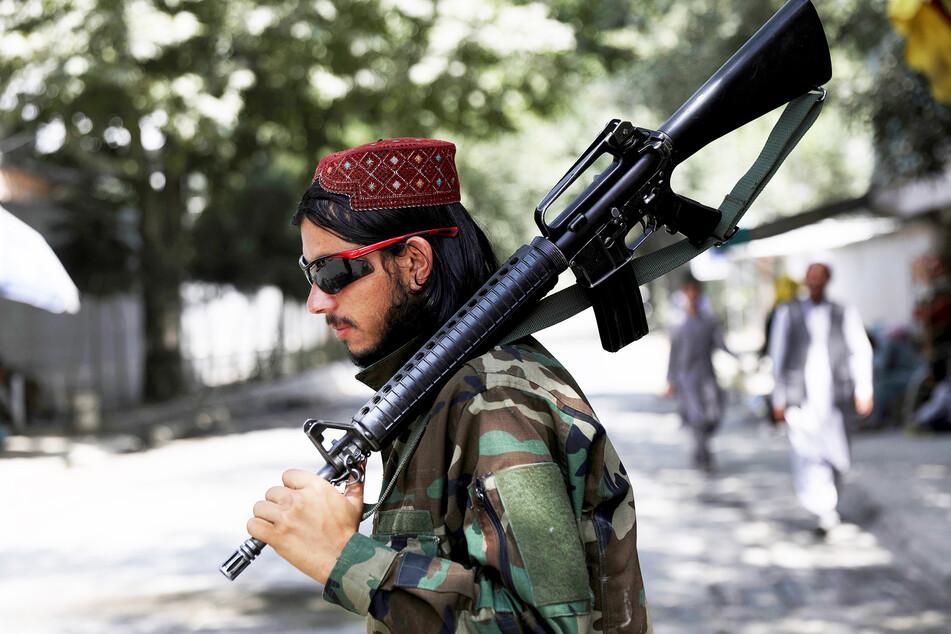 Ein Taliban-Kämpfer steht an einem Kontrollpunkt in Kabul.