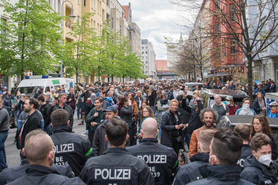 Berlin: Sieht so Abstand aus? 1000 Menschen demonstrieren gegen Corona-Maßnahmen