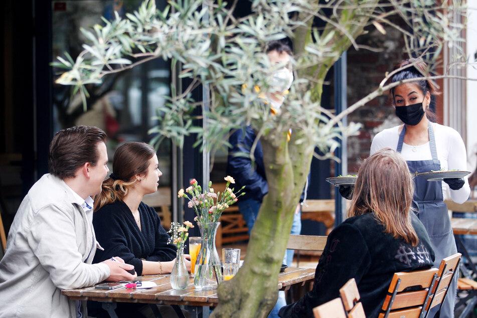 In Mülheim an der Ruhr konnten Menschen schon wieder unter freiem Himmel vor Lokalen speisen. Auch in anderen NRW-Regionen ist das bereits möglich.
