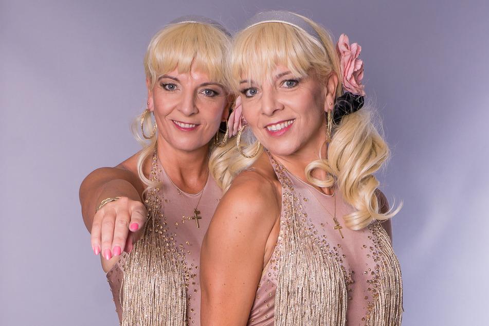 """Die Zwillinge Claudia (46, l.) und Carmen (46) moderieren ab Herbst die Tournee-Show """"Edelweiß der Volksmusik""""."""