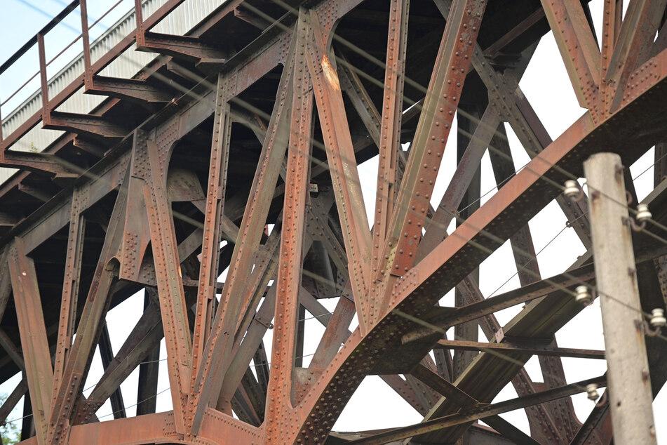 """Wegen der deutlichen Rostspuren wird das Viadukt im Volksmund auch """"Rotes Wunder"""" genannt."""