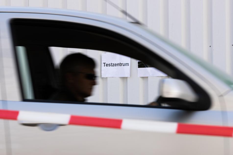 """""""Testzentrum"""" steht auf einem Schild an einer Zufahrt zu einem Drive-In für einen Massentest für Schüler und Lehrer mehrerer Schulen der Stadt Bielefeld."""
