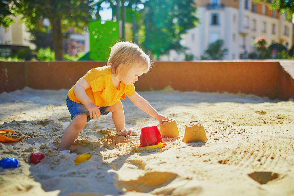Kleine Kinder lieben das Herummatschen und probieren gerne mal, ob der Sand auch schmeckt. Laut einem Experten ist das kein Problem. (Symbolbild)