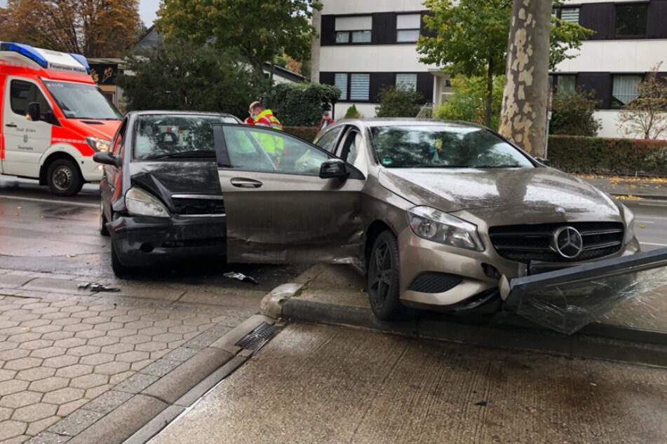 Mercedes-Crash: Auto landet in Glaswand von Tankstelle