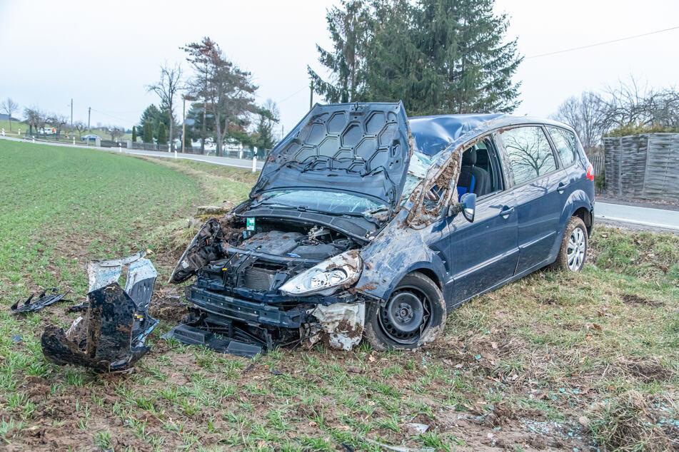 Der Ford blieb nach dem Unfall vollkommen demoliert auf einem Feld stehen.