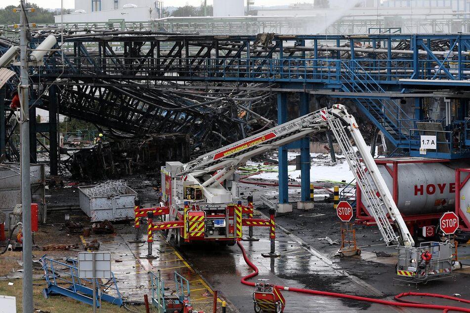 Einsatzkräfte der Feuerwehr beim Einsatz nach der Explosion im Chempark.