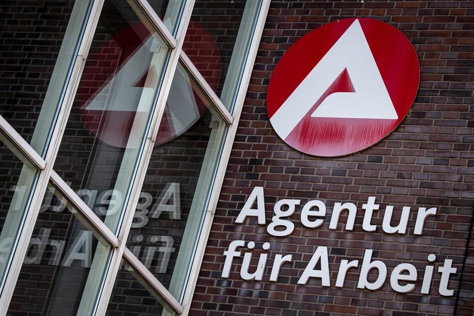 Ein Schild weist auf die Agentur für Arbeit hin.