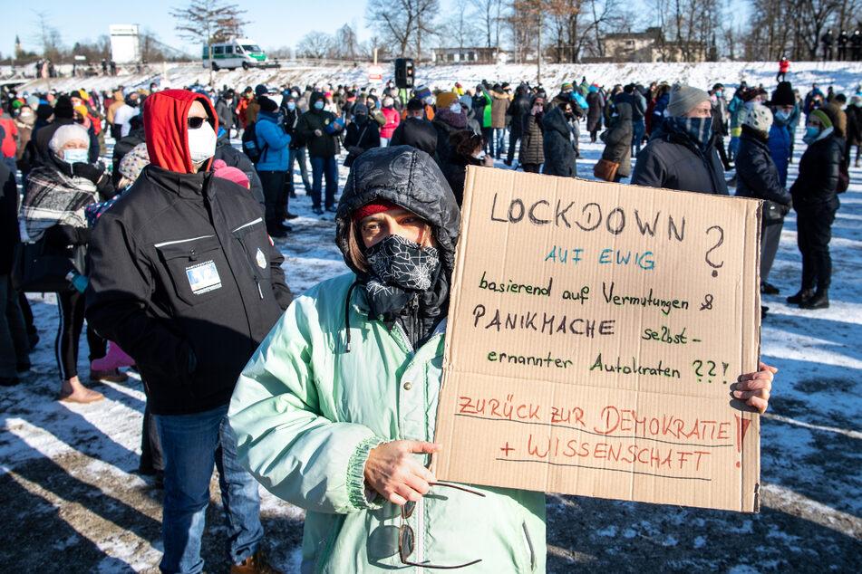 """""""Lockdown auf ewig? Basierend auf Vermutungen & Panikmache selbsternannter Autokraten??! Zurück zur Demokratie + Wissenschaft!"""", fordert eine Demonstrantin mit ihrem Plakat."""