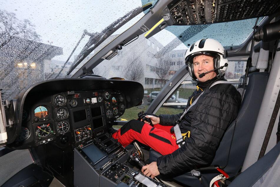 """In Zwickau steuert Pilot Mario Hartmann (53) den ADAC-Hubschrauber """"Christoph 46""""."""