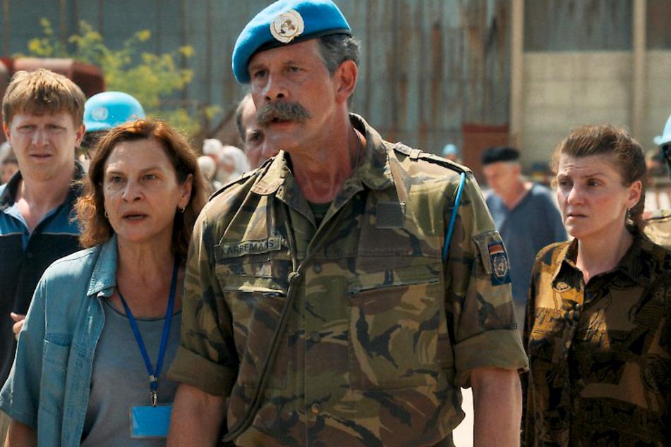 Colonel Thom Karremans (Johan Heldenbergh, 54, 2.v.r.) und Aida Selmanagic (Jasna Djuricic, 55, 2.v.l.) müssen im Kriegswirrwarr den Überblick behalten.