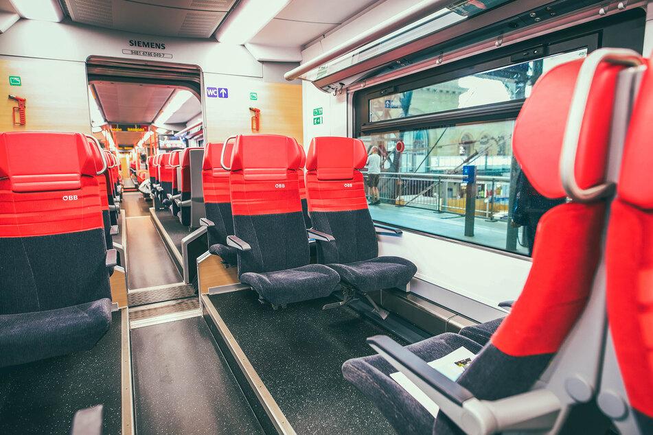 ÖBB-Reisende genießen hohen Komfort mit Leselicht, Steckdosen und überdurchschnittlich viel Beinfreiheit.