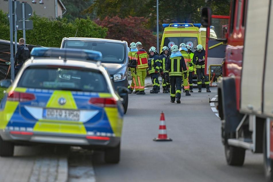 Mehrere Rettungskräfte waren vor Ort, um die schwerverletzte Fahrerin aus ihrem Auto zu befreien.