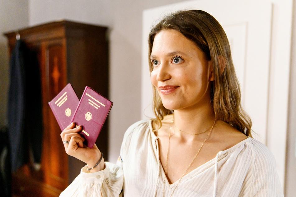 Große Überraschung: Nathalie hält die geklauten Pässe in der Hand.
