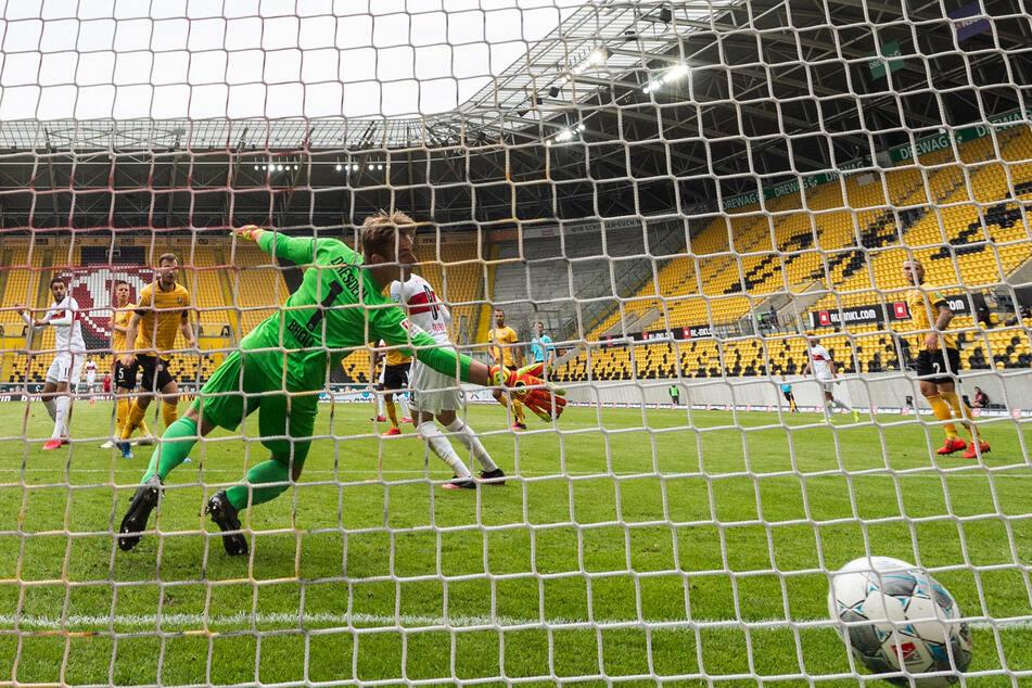 Kevin Broll muss hinter sich greifen: Stuttgart hat soeben das 1:0 erzielt.