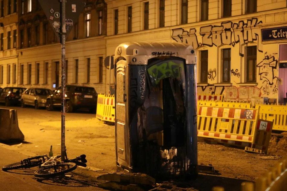 Schon wieder brennt's in Connewitz: Brandstifter zünden Dixi-Klos, Mülltonnen und Anhänger an