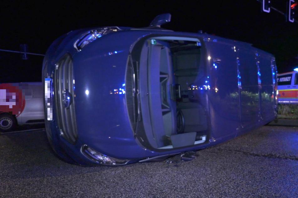 Der blaue Transporter wurde umgestoßen, vier Insassen des Wagens wurden verletzt.