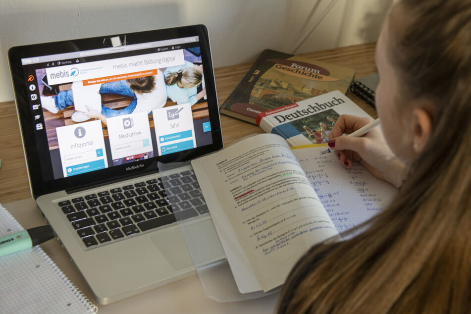 Die 14 Jahre alte Lilli hat auf einem Laptop eine Lernplattform geöffnet. Eltern, die ihre Kinder zu Hause betreuen mussten, waren besonderen Belastungen ausgesetzt.