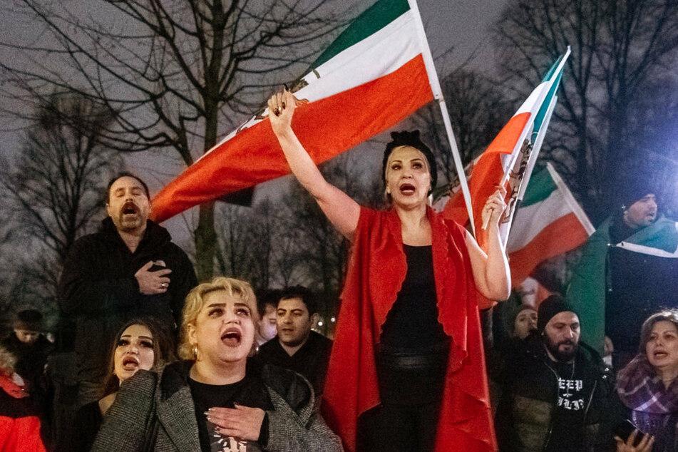 """Exil-Iraner protestieren im Januar 2020 in Hamburg gegen die Politik des Iran. Am Samstag wollen Exil-Iraner am Brandenburger Tor als Teil des Weltgipfels """"Free Iran 2021"""" für Menschenrechte in ihrer Heimat demonstrieren."""