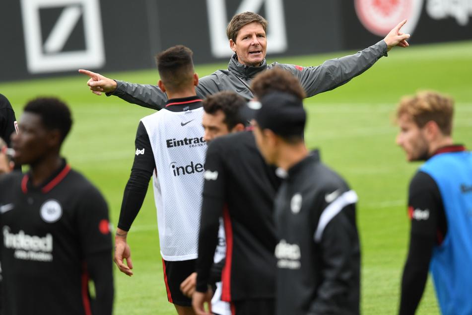 Der neue Eintracht-Coach Oliver Glasner (46, im Hintergrund) hat noch eine Menge Arbeit mit seinen neuen Schützlingen vor sich, ehe die SGE in der kommenden Saison ein Wörtchen um die internationalen Plätze mitreden darf.