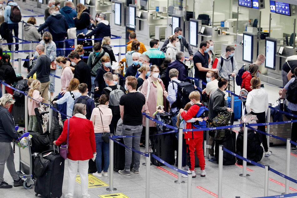 Viele Menschen reisen wieder per Flugzeug in den Urlaub.