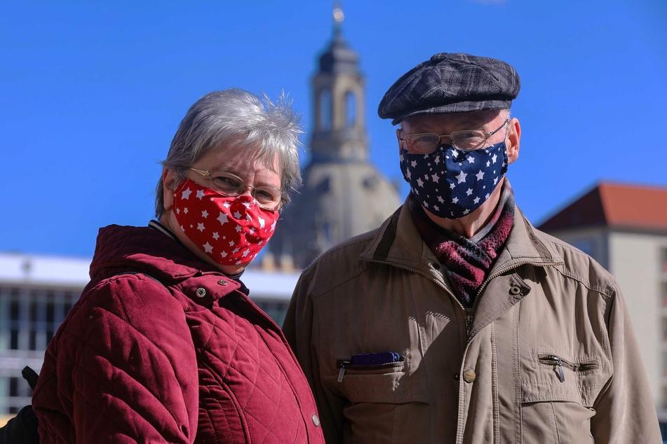 Beate und Bernd Kießler mit ihrem selbstgenähten Mundschutz. Eigentlich wollte Beate Kießler Einkaufsbeutel aus den Stoffen nähen.