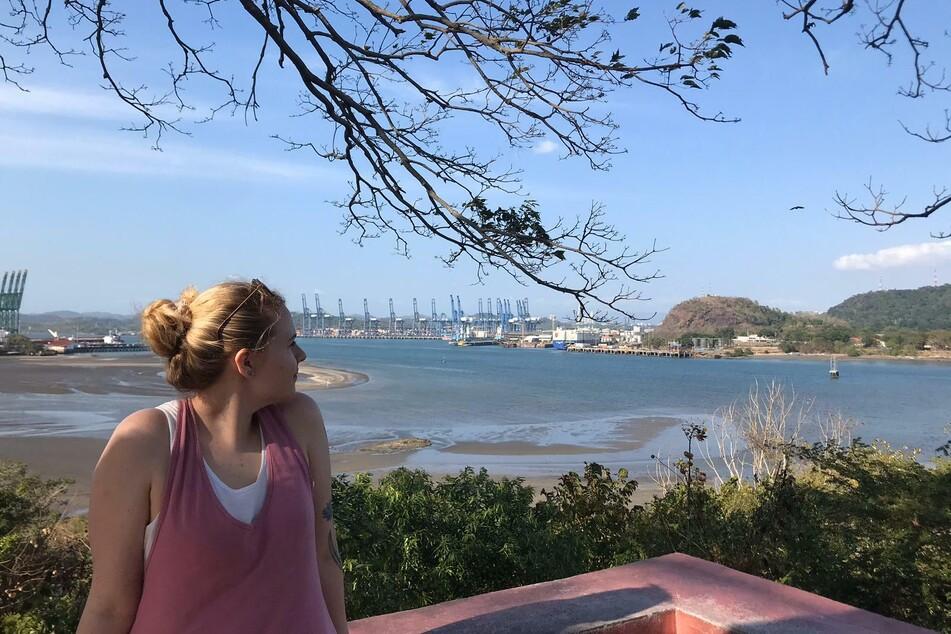Die Augsburgerin Julia März blickt während eines Urlaubs auf den Panamakanal. Nun steckt sie in dem mittelamerikanischen Land fest, weil alle Flüge nach Europa wegen der Coronavirus-Pandemie gestrichen wurden.