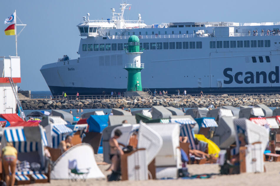 Ein Fährschiff verlässt den Hafen von Rostock: Bald gibt es auch eine Verbindung nach Stockholm. (Symbolbild)