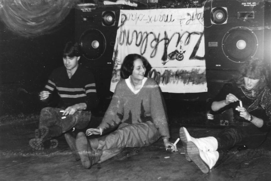 """Die """"Waschhaus""""-Stammgäste Ernst Reinhard Tochtenhagen (v.l.), Ulrike Aurich und Anett Wennicke bei einer Party 1986."""