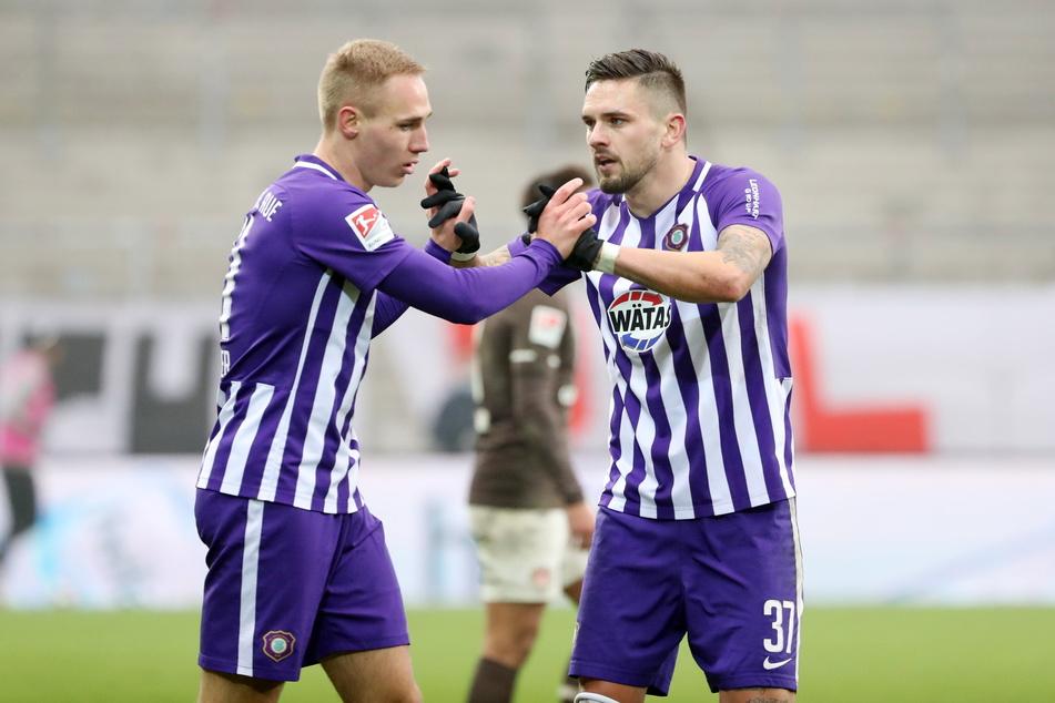 Die Verkäufe von Florian Krüger (22, l.) nach Bielefeld und Pascal Testroet (30) nach Sandhausen für relativ wenig Geld stoßen vielen Auer Fans bitter auf.