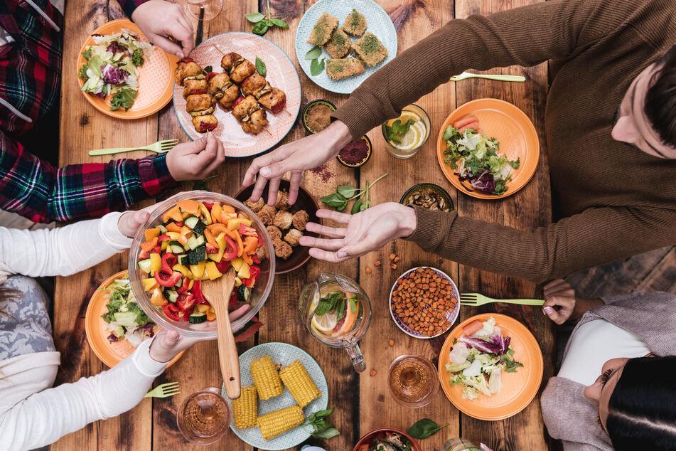 Egal, wo und mit wem man isst, ob selbst gekocht oder nicht – man sollte entspannt sitzen und sich auf das Essen konzentrieren.