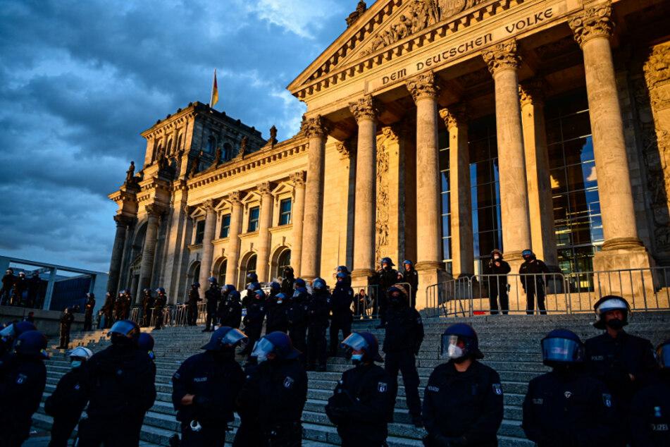 Polizisten stehen bei einem Protest gegen die Corona-Maßnahmen vor dem Reichstagsgebäude.