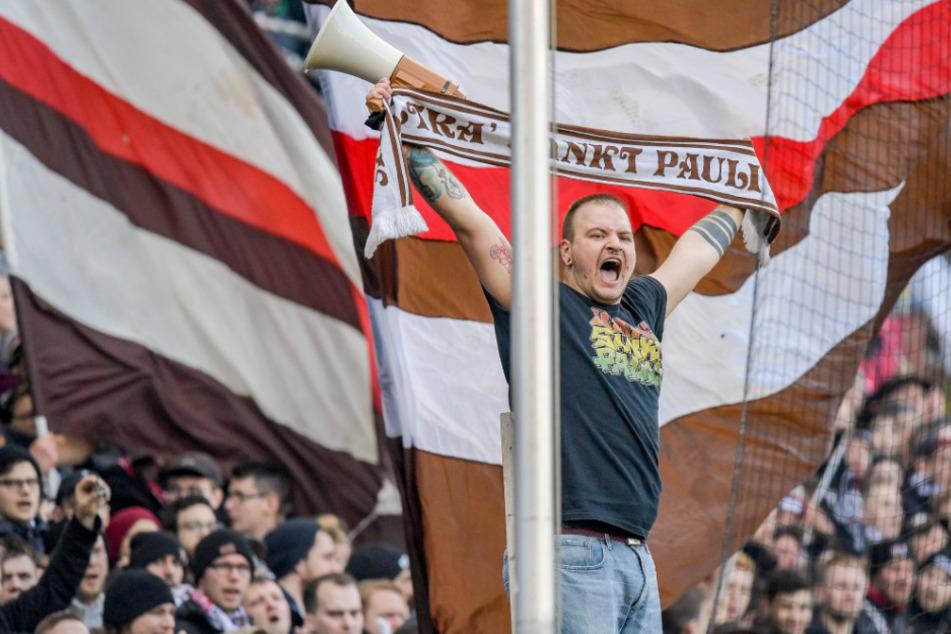 Ein Vorsänger der St. Pauli Ultras feuert sein Team an.