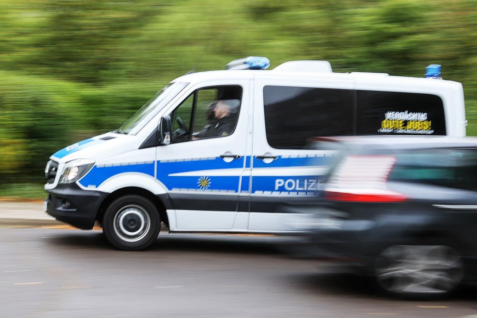 Ein Polizeifahrzeug eilt zu einem Einsatzort (Symbolbild).