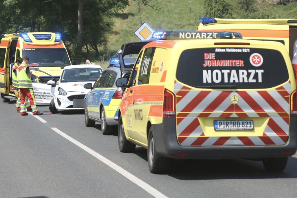 Der Rettungsdienst versorgte die Verletzten am Unfallort.