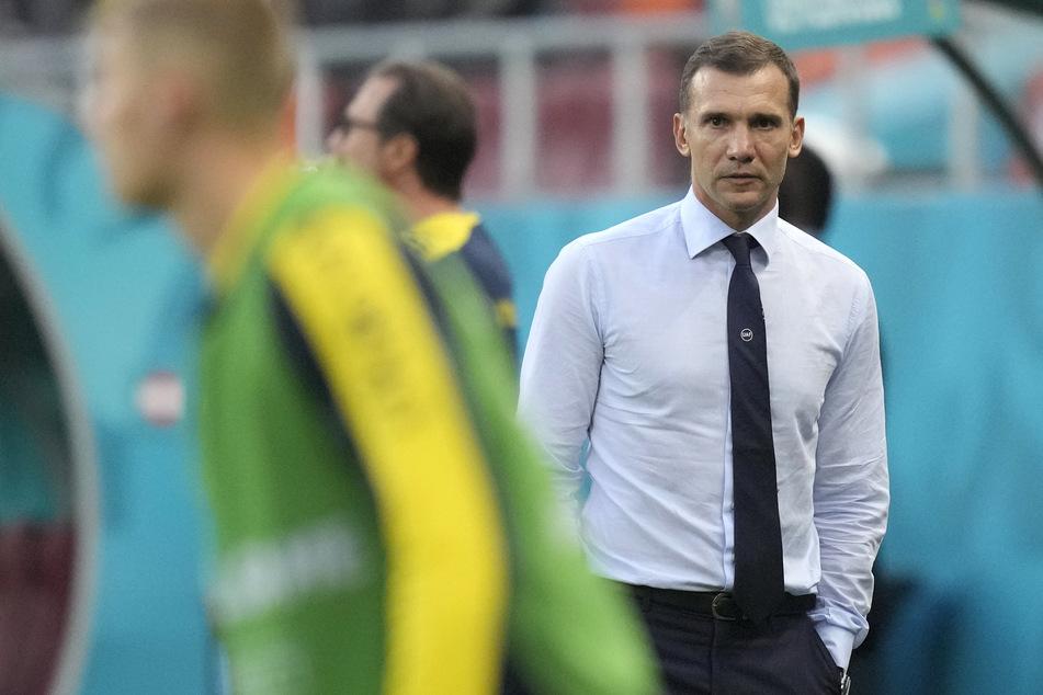 Die Ukraine um Trainer Andriy Shevchenko (r.) braucht Schützenhilfe und muss um das Achtelfinale bangen.